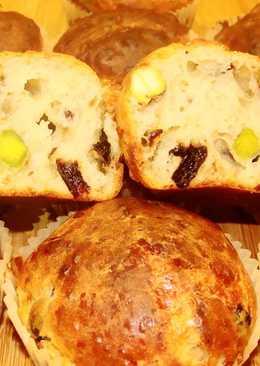 Закусочные сырные кексы с черносливом и фисташками