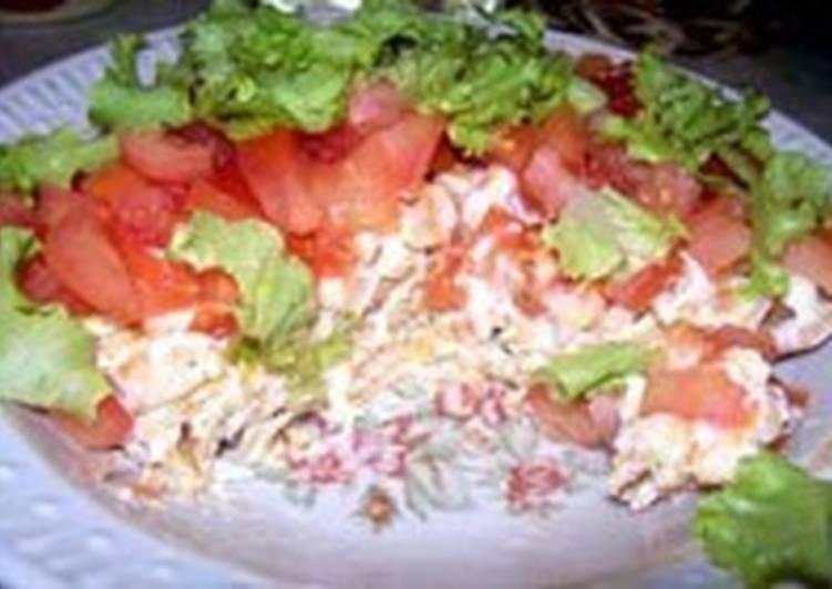 Салат с крекерами и помидорами «Момент»