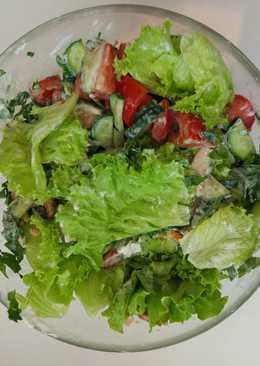 Легкий салат с курицей, зеленью и овощами