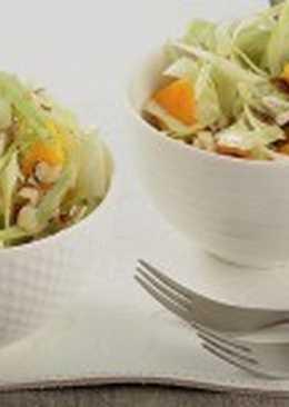 Салат с капустой, фундуком и манго