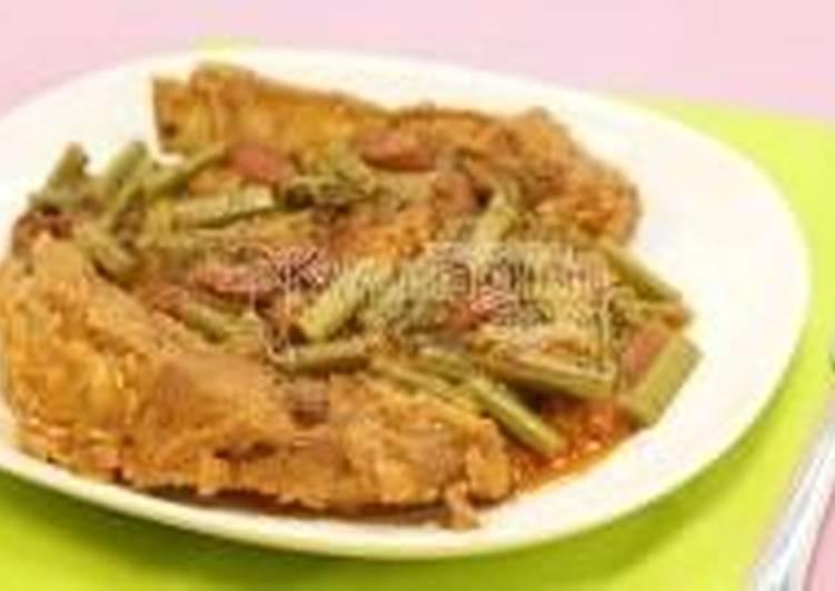 Свиные ребрышки с папоротником и фасолью