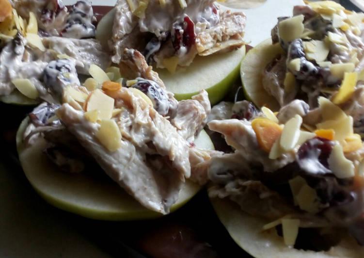 Куриный клюквенный салат на кусочках яблока