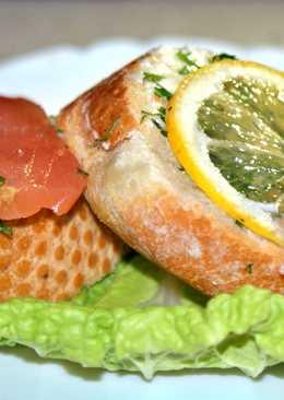 Праздничные бутерброды на скорую руку с красной рыбой, лимоном и маслинами