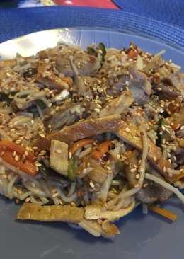 Удон лапша со свининой,овощами и яйцом
