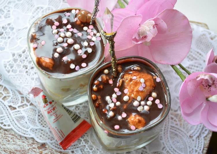 Слоеный десерт из йогурта с печеньем