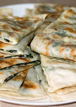 Турецкие лепешки Гёзлеме с зеленью и сыром