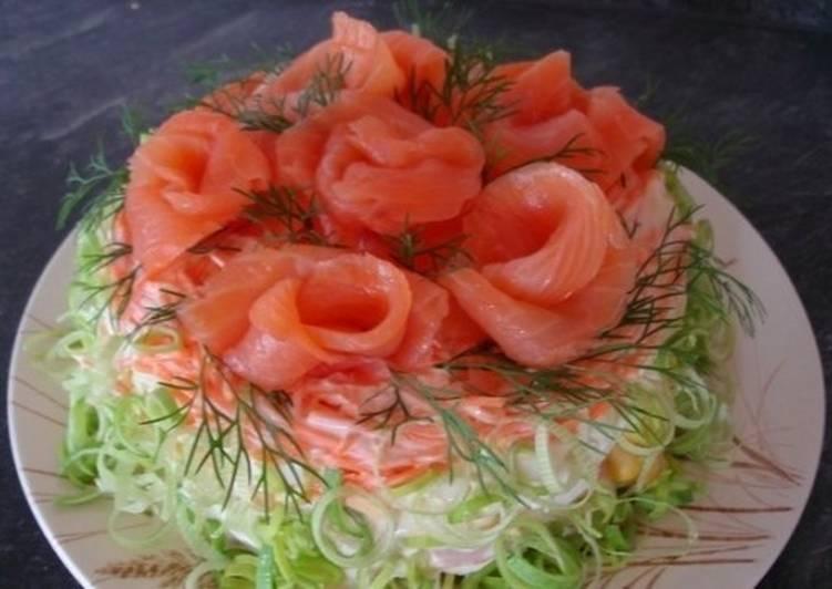 Новогодний салат с морским ассорти, кукурузой и картофелем