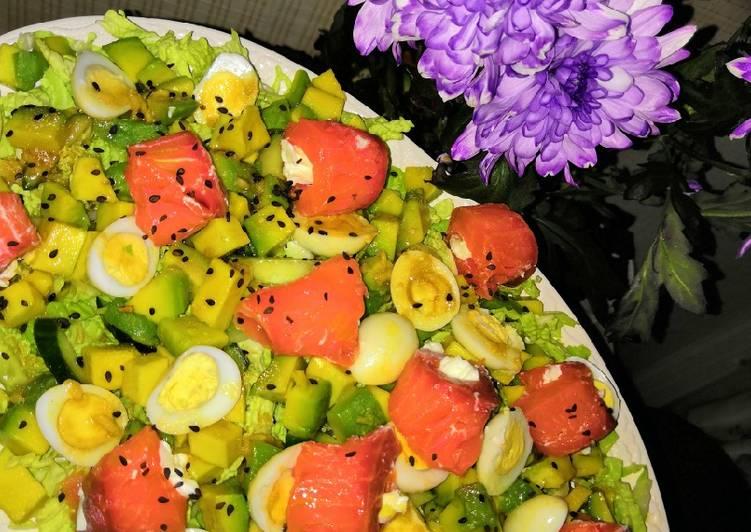 Салат с красной рыбой авокадо и огурцом