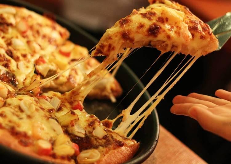 Быстрая пицца из слоеного теста с курицей в духовке в домашних условиях, простой рецепт