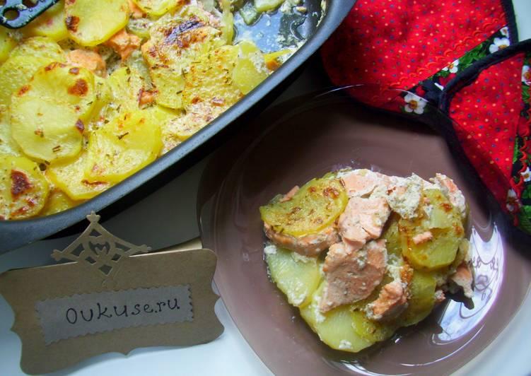 Кижуч, запеченный с картофелем и сметаной