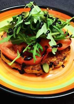 Рыбная котлетка с салатом из рукколы и тыквенными семечками