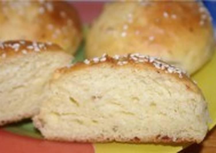 Сдобные булочки с колбасным сыром и кунжутом
