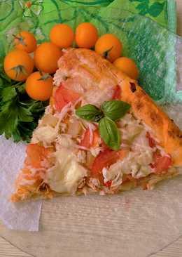 Пицца с курицей и ананасами на пышном тесте
