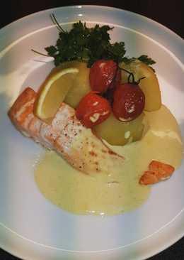 Филе лосося с картофелем и горчичным соусом