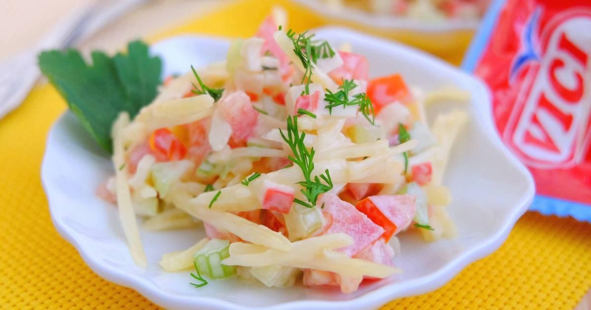 И даже если вам кажется, что вы не любите сельдерей, обязательно попробуйте такой салат, я уверена, что вы измените свое мнение.