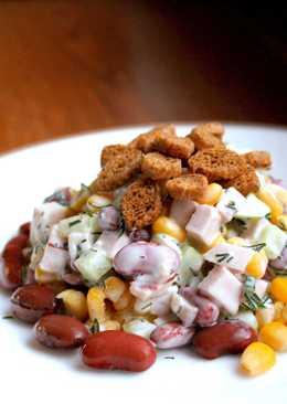 Салат с ветчиной, фасолью и сухариками