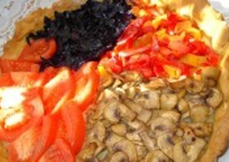 Постный овощной пирог с грибами, капустой и помидорами на рассоле