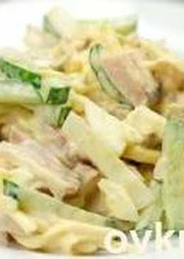 Итальянский салат с копченой курицей, сыром, свежим огурцом и яйцами