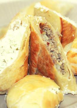 Пирог с двумя начинками: с брызной и зеленью и с мясным фаршем
