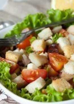 Салат с копченой скумбрией, беконом, сухариками и овощами