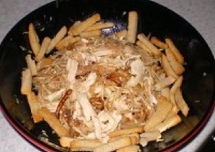Салат с сельдереем, курицей, сухарями и луком