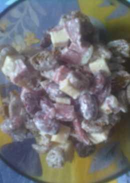 Салат с фасолью, сыром, колбасой и сухариками