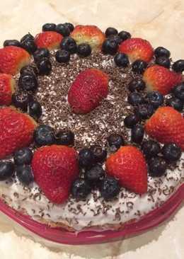 Блинный торт со сметанным кремом и черничным джемом