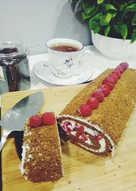 Шоколадный бисквитный рулет с начинкой из творога и малины (без сахара)