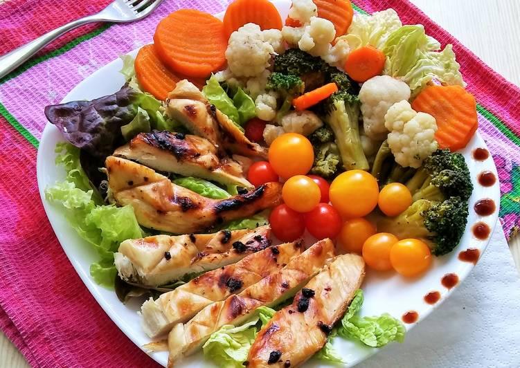 Куриное филе на решетке гриль с овощами