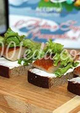 Закуска Аперитив с серым хлебом и копченым филе сельди