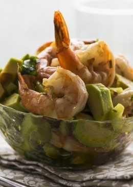 Салат с креветками, огурцом и авокадо