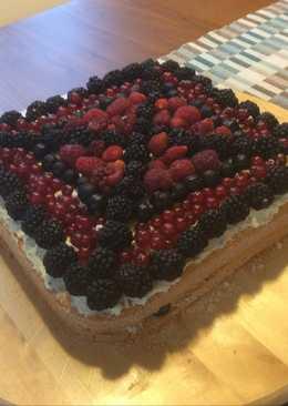 Торт бисквитный с ягодами
