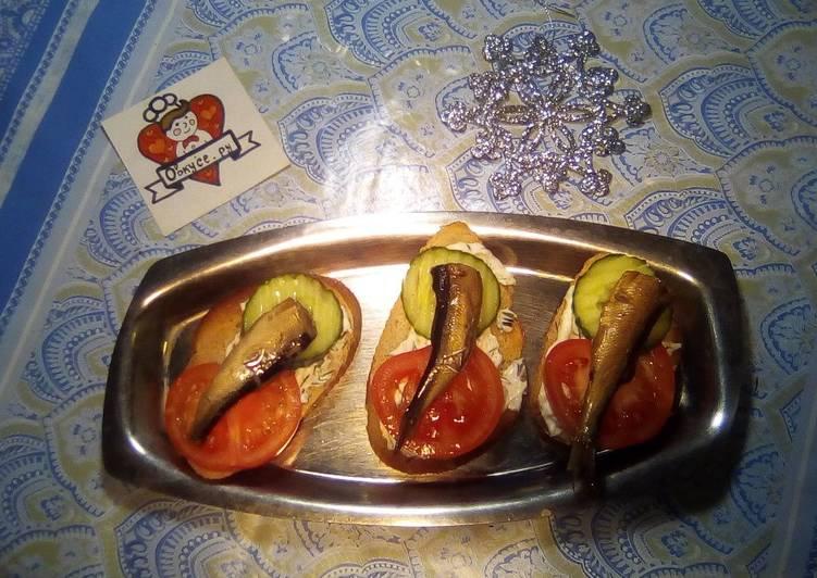 Закусочные бутерброды со шпротами и свежими овощами на праздничный стол