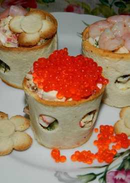 Салат из морепродуктов в хлебных колечках