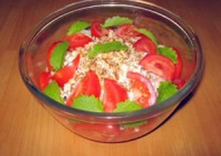 Коктейль-салат из ветчины с сыром и хлебом