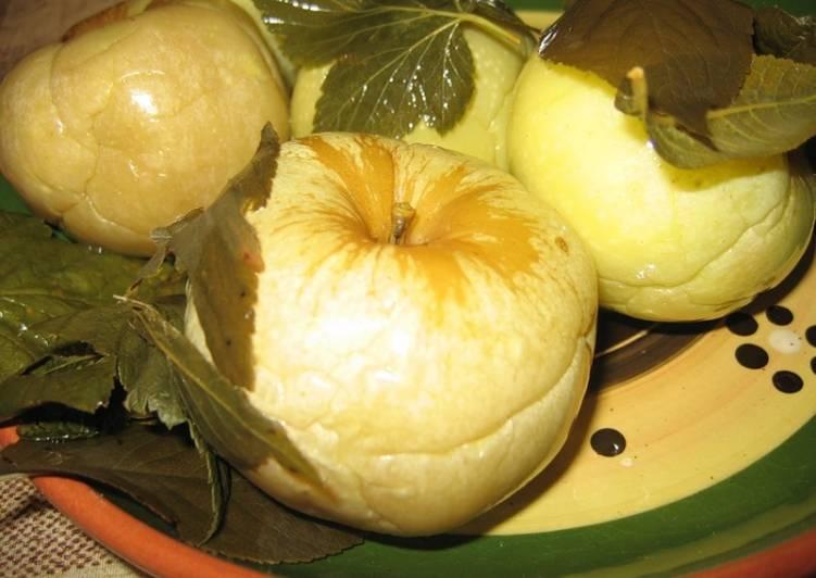 Маринованные яблоки с огурцами