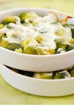 Брюссельская капуста в белом соусе с сыром