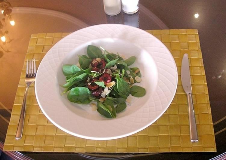 Салат из черешни со шпинатом, голубым сыром в йогуртовом соусе и с бальзамической заправкой