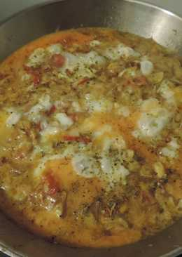 Сытный завтрак из жаренных кабачков, помидоров, лука, залитых яйцами