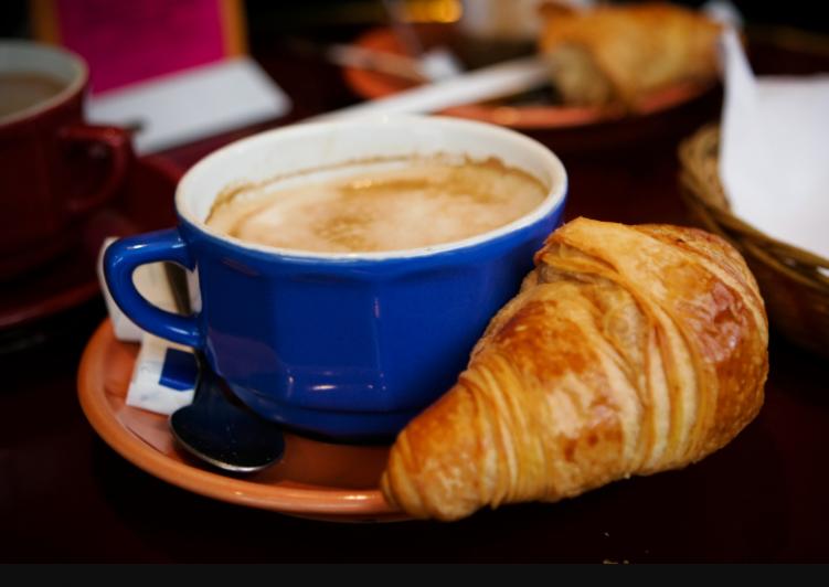 Завтрак по-французски: круассаны с омлетом