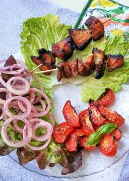 Шашлычки из свиной шейки с вялеными томатами и маринованным луком