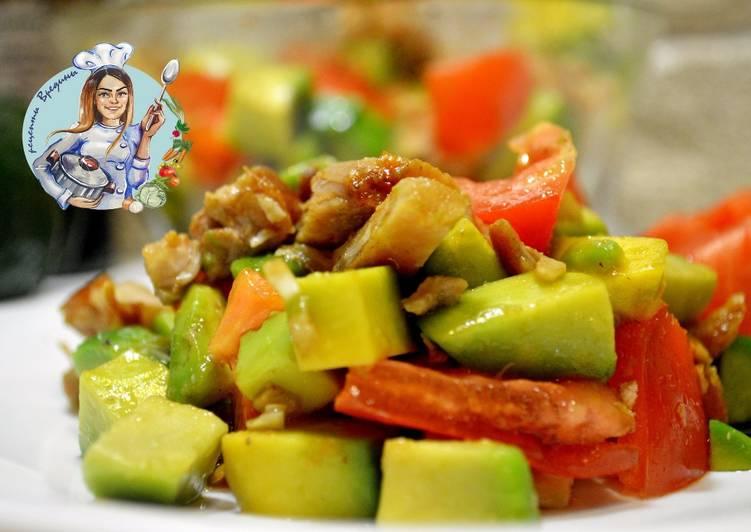 Салат с авокадо, помидоров и курицы