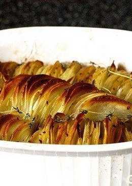 Хрустящие картофельные ломтики, запеченные с луком и веточками тимьяна