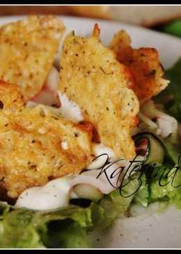 Салат с мясом краба слайсами из огурца салатом микс и чипсами из сыра