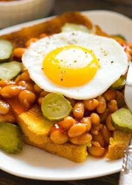 Идея завтрака: тосты с фасолью и яичницей