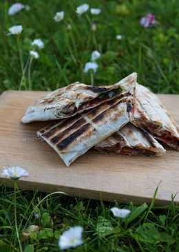 Рулет с беконом и грибами на мангале