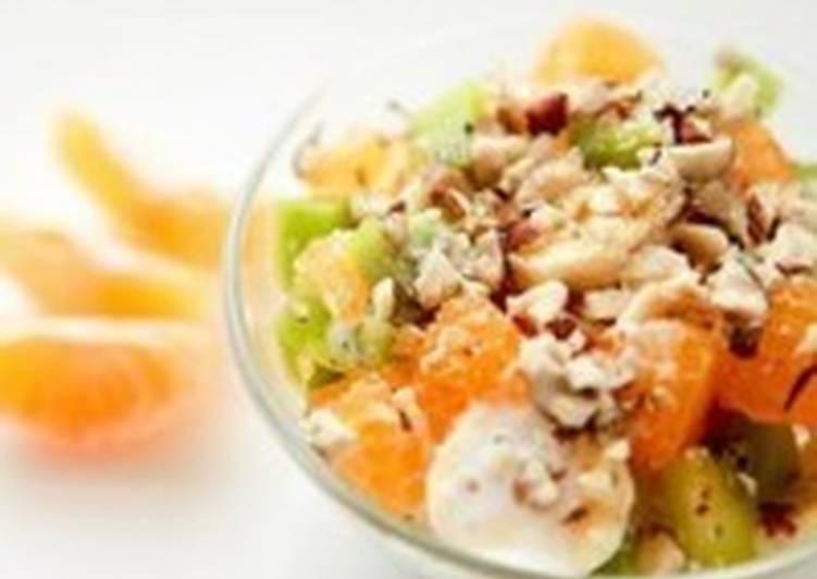Салат с мандаринами, киви, бананом и фундуком