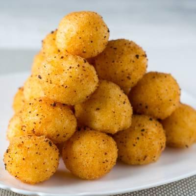 Сырные шарики с чесноком во фритюре