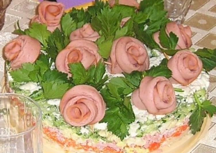 Новогодний овощной салат с колбасой «Букет роз»