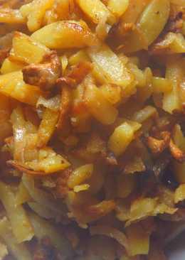 Жареная картошка с лисичками и луком